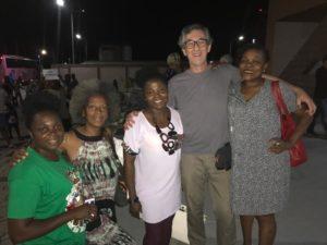 Aéroport de Cotonou – Bénin - Les co-fondateurs de TMA Festival accompagnés de 3 personnes de l'équipe logistique debouts et souriants à la photo.