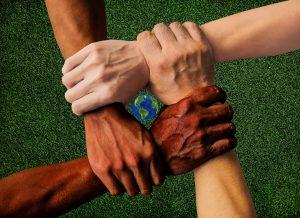 4 mains de couleurs différentes, unies
