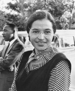 Portrait de Rosa Parks, jeune, de face, en noir et blanc