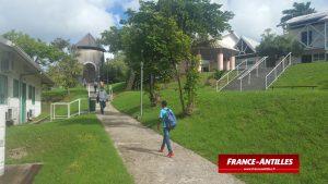 Photo en couleurs - des élèves vont au Collège de Port Louis